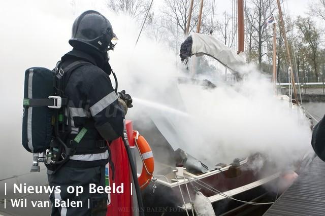 Man op tijd uit brandende boot
