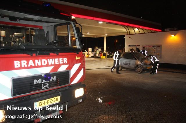 Medewerker tankstation blust autobrand