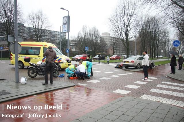 Bestuurder van lesmotor geschept door auto op de Duikerstraat
