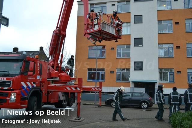 Losliggend bouwmateriaal levert gevaar op Albertistraat Rotterdam