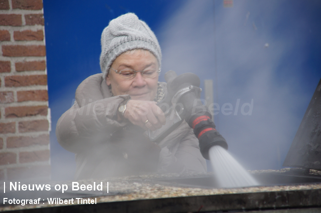 Burgemeester Rijnwoude blust containerbrand af