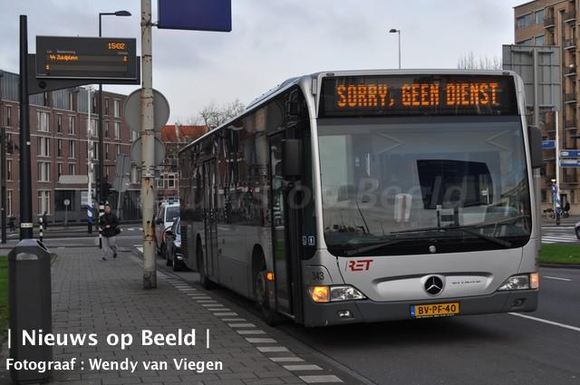 Dronken buschauffeur rijdt boom uit de grond in Vlaardingen