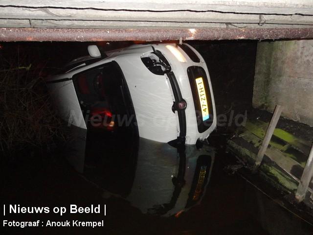 Auto raakt te water Zuideindseweg Delfgauw
