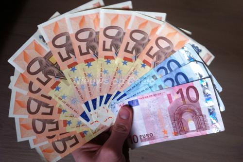 Vier mannen aangehouden na vondst van 5000 cash, een vuurwapen en een mes Dorpsweg Rotterdam