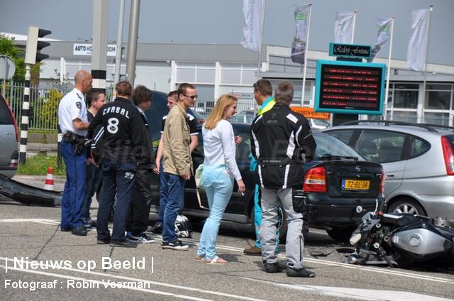 Persoon gewond na aanrijding tussen auto's en motor Schenkelweg Spijkenisse