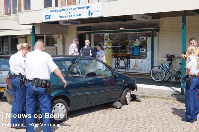 Auto rijdt winkelpand binnen Dr. Colijnstraat Ridderkerk