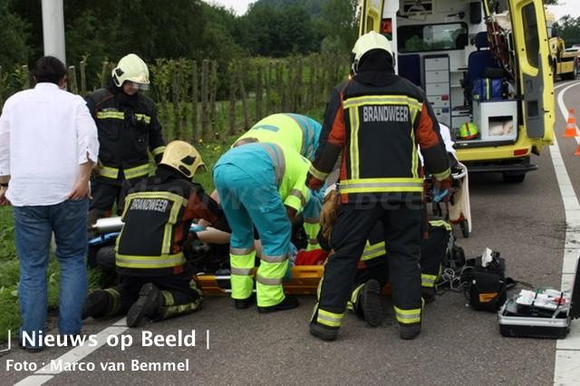 Brandweer knipt gevallen motorrijder los van motor Zijdeweg Ouderkerk a/d IJssel