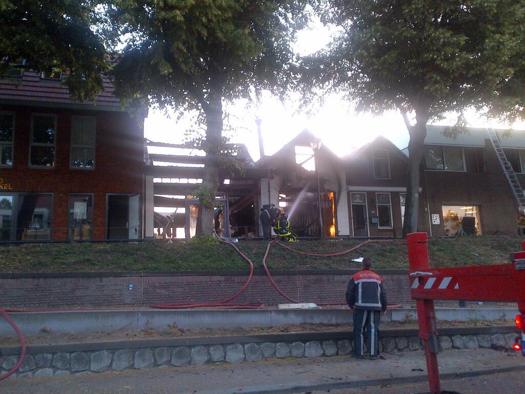 Felle brand na explosie verwoest twee winkels Zandpad Middelharnis