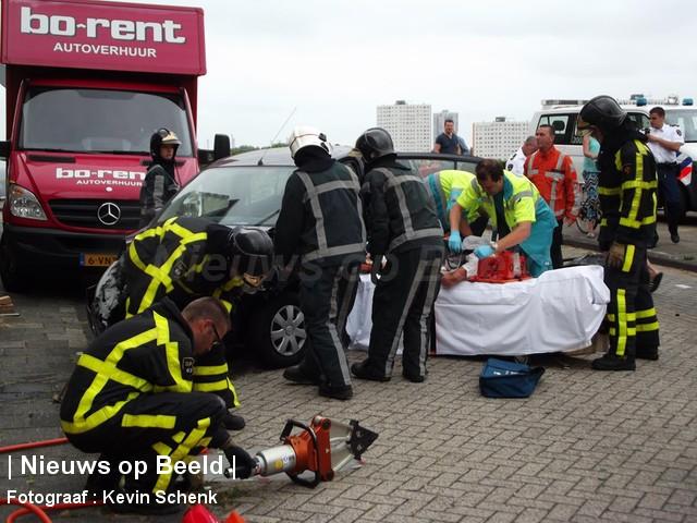 Vrouw gewond na botsing tegen geparkeerde auto Maasboulevard Spijkenisse