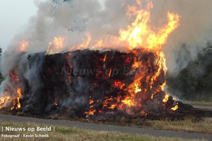 Brandweer lange tijd bezig met blussen van brand in hooibalen Koedoodpad Rhoon