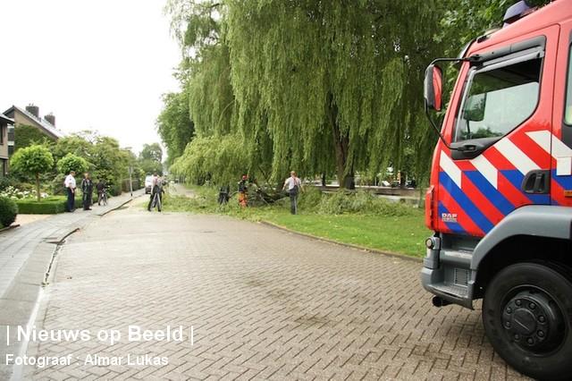 Grote tak komt op straat terecht Kerkdreef Krimpen aan den IJssel