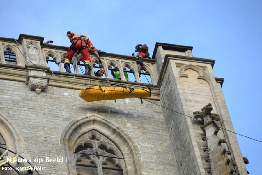 Spectaculaire reddingsactie voor onwelle man op kerktoren Sint Catharijnehof Brielle