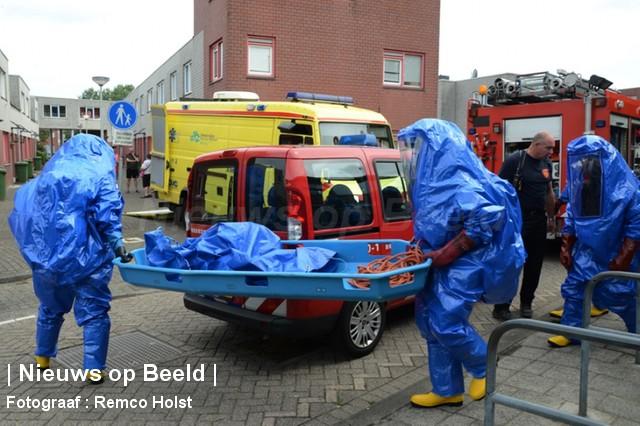 Brandweer gebruikt chemicaliënpakken om patiënt uit woning te krijgen Klipperpad Rotterdam