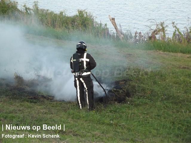 Buitenbrandje vermoedelijk aangestoken Oude Maas Poortugaal