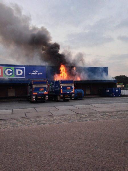 Fikse brand bij distributiecentrum van supermarkt MCD, Marisstraat Sliedrecht