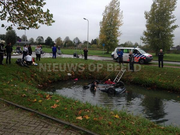 Auto raakt te water bij ongeval Keurmeesterstraat Ridderkerk