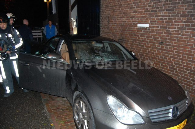 Auto zwaar beschadigd door vuurwerkbom, Welhoeksedijk Poortugaal