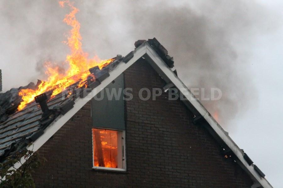 Uitslaande brand in woning na blikseminslag Pleinstraat Bergambacht