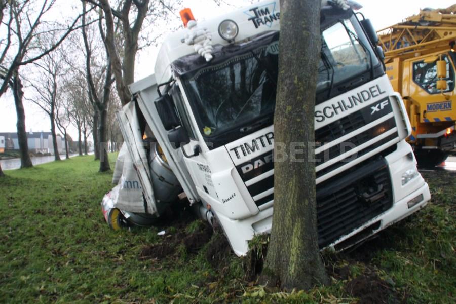Vrachtwagen botst op boom na uitwijkmanoeuvre Schoonhovenseweg Stolwijk