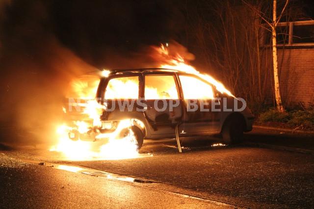 Auto in de brand gestoken Hobo Capelle aan den IJssel. Foto Jeffrey Jacobs