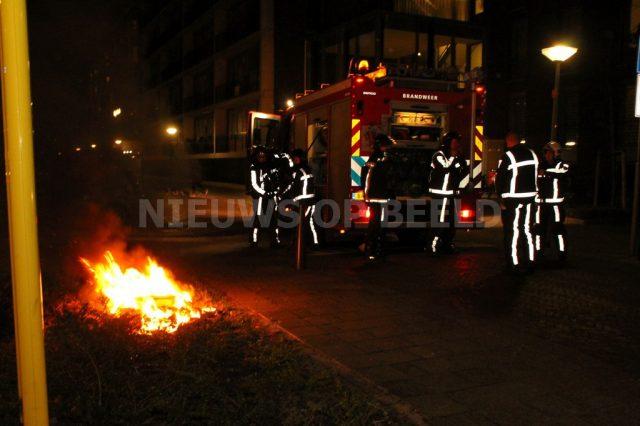 Autoband met afval in de brand aan de Henriette Roland Holststraat in Vlaardingen. Foto ingezonden MW
