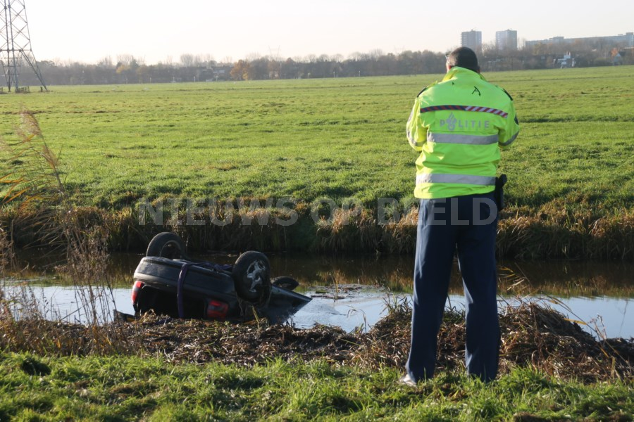 Omstanders redden personen uit te water geraakte auto Zijdeweg N475 Ouderkerk aan den IJssel