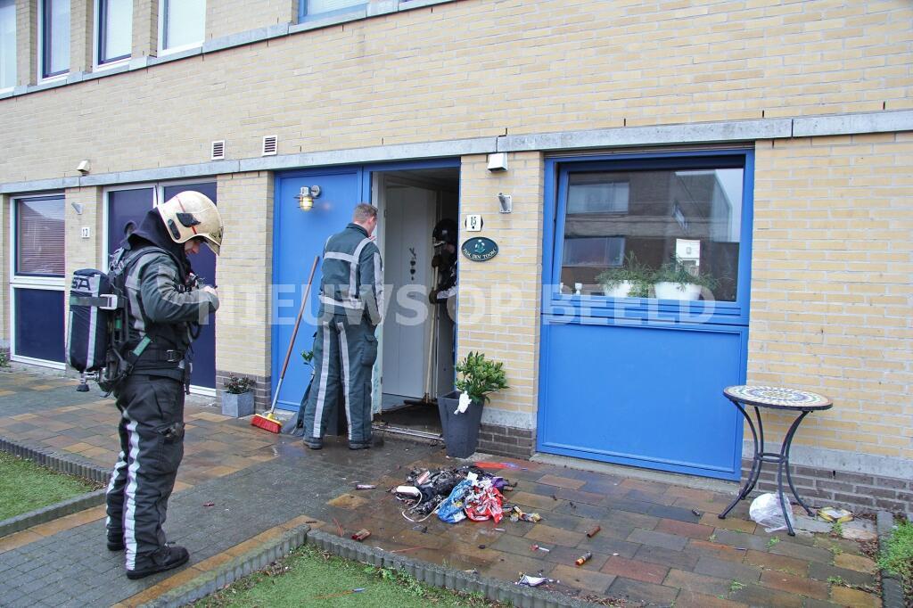 Hal van woning loopt schade op door vuurwerk Bernsteinstraat Capelle aan den IJssel