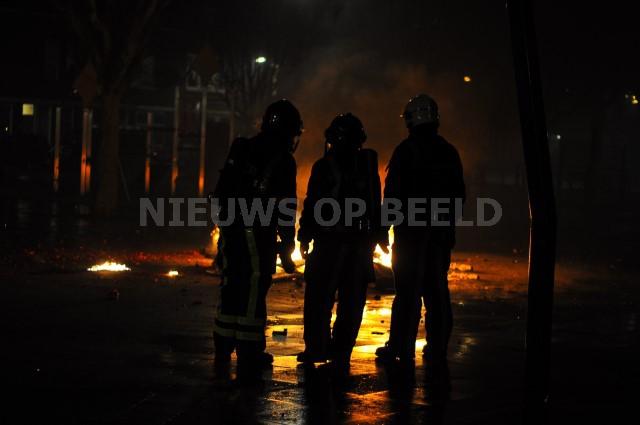 Brandweer overweegt om een buitenbrand te blussen Stichtseplein Rotterdam. Foto Robin Veerman