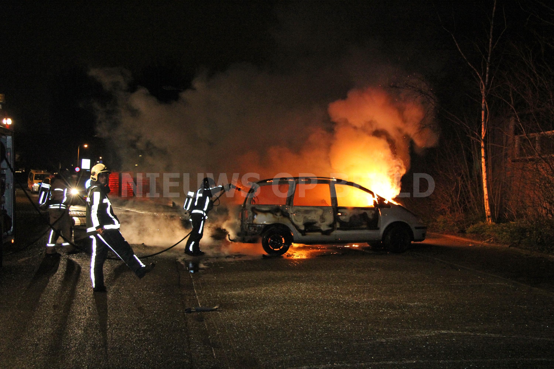 Aanhouding na beledigen agent bij autobrand Hobo Capelle aan den IJssel (video)
