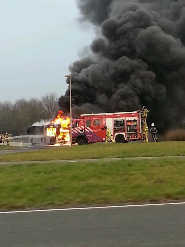 Lijnbus brandt in zijn geheel uit Groene Kruisweg Oost Heenvliet