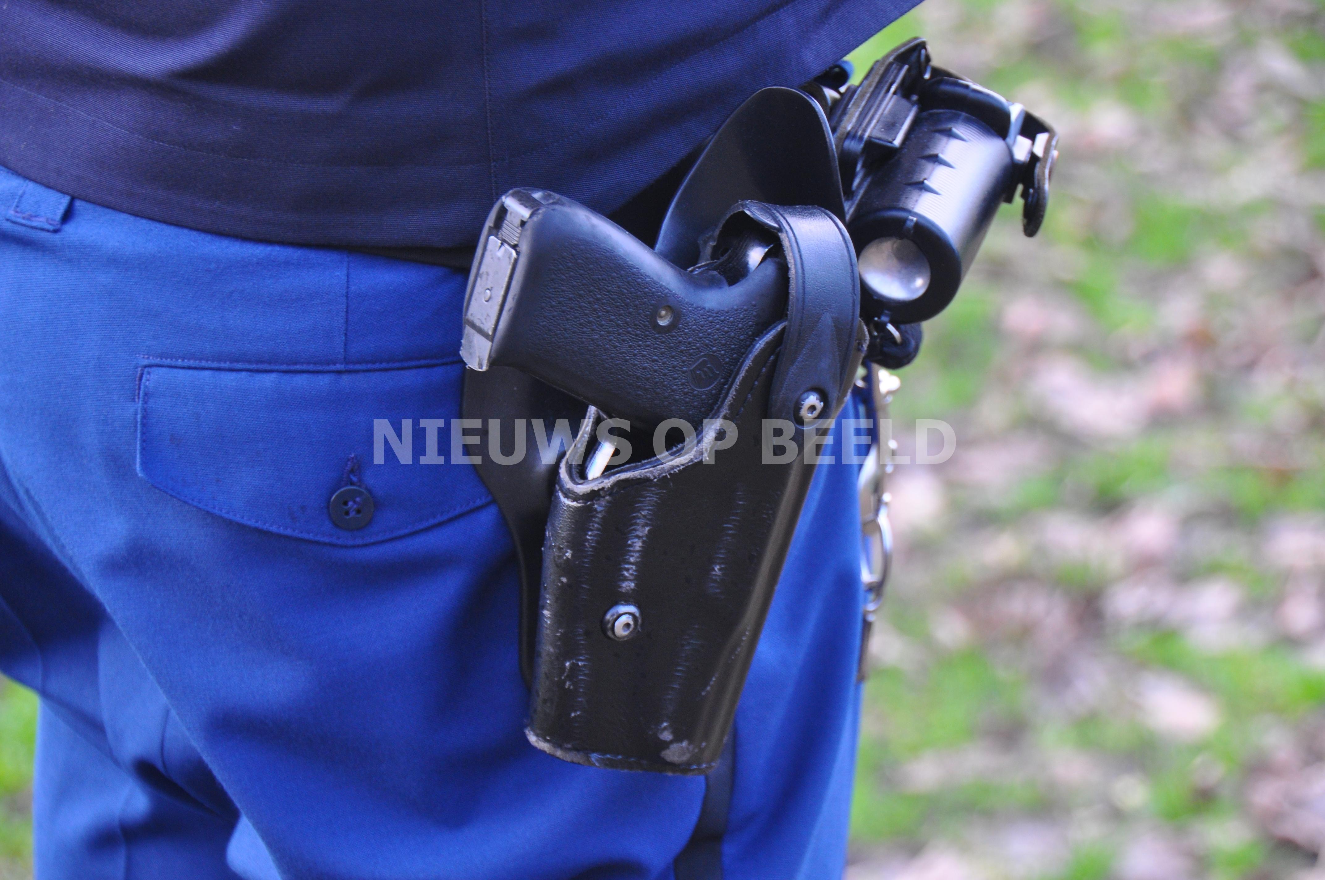 Tiener pakt wapen van agent uit holster tijdens aanhouding in Almelo
