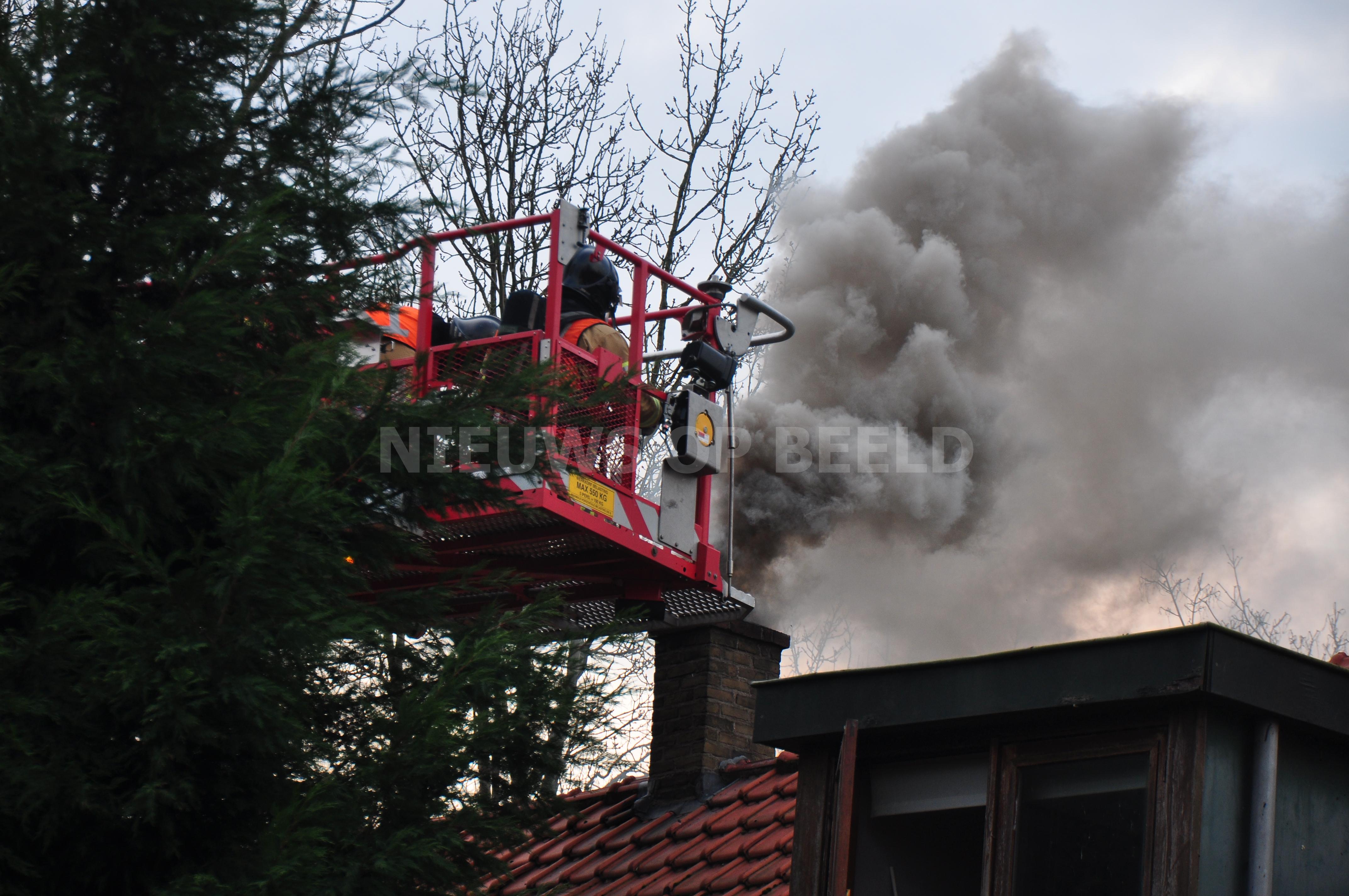 Bewoonster loopt brandwonden op bij uitslaande schoorsteenbrand Dorpweg Simonshaven