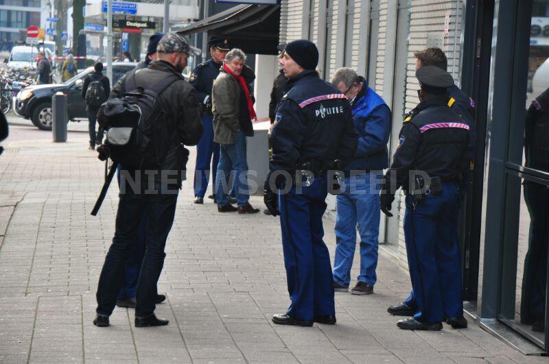 Flat ontruimt Aert van Nesstraat na vrijkomen chemische lucht Rotterdam