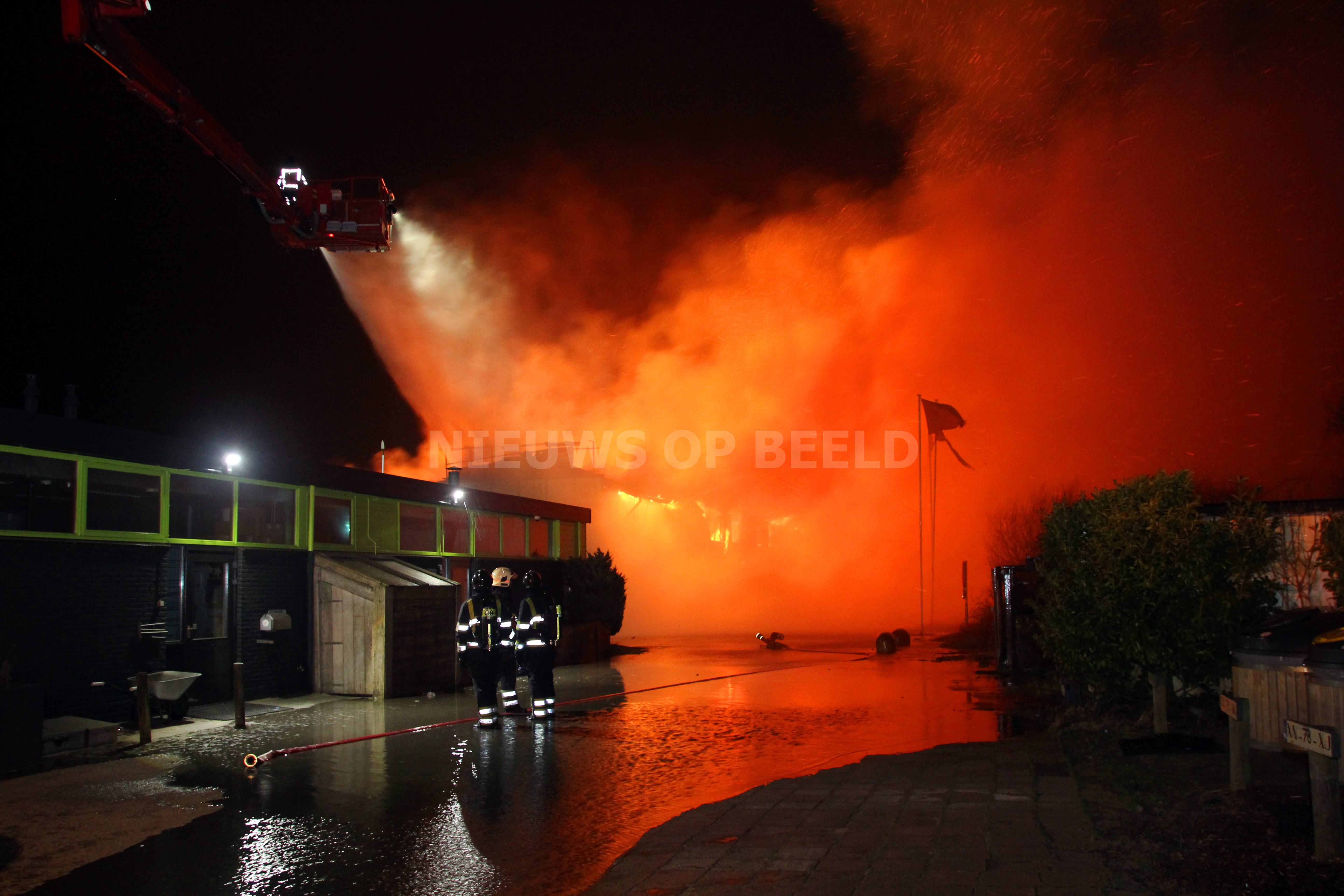 Grote uitslaande brand in surfschool Noordoever Oostvoornse Meer in Oostvoorne