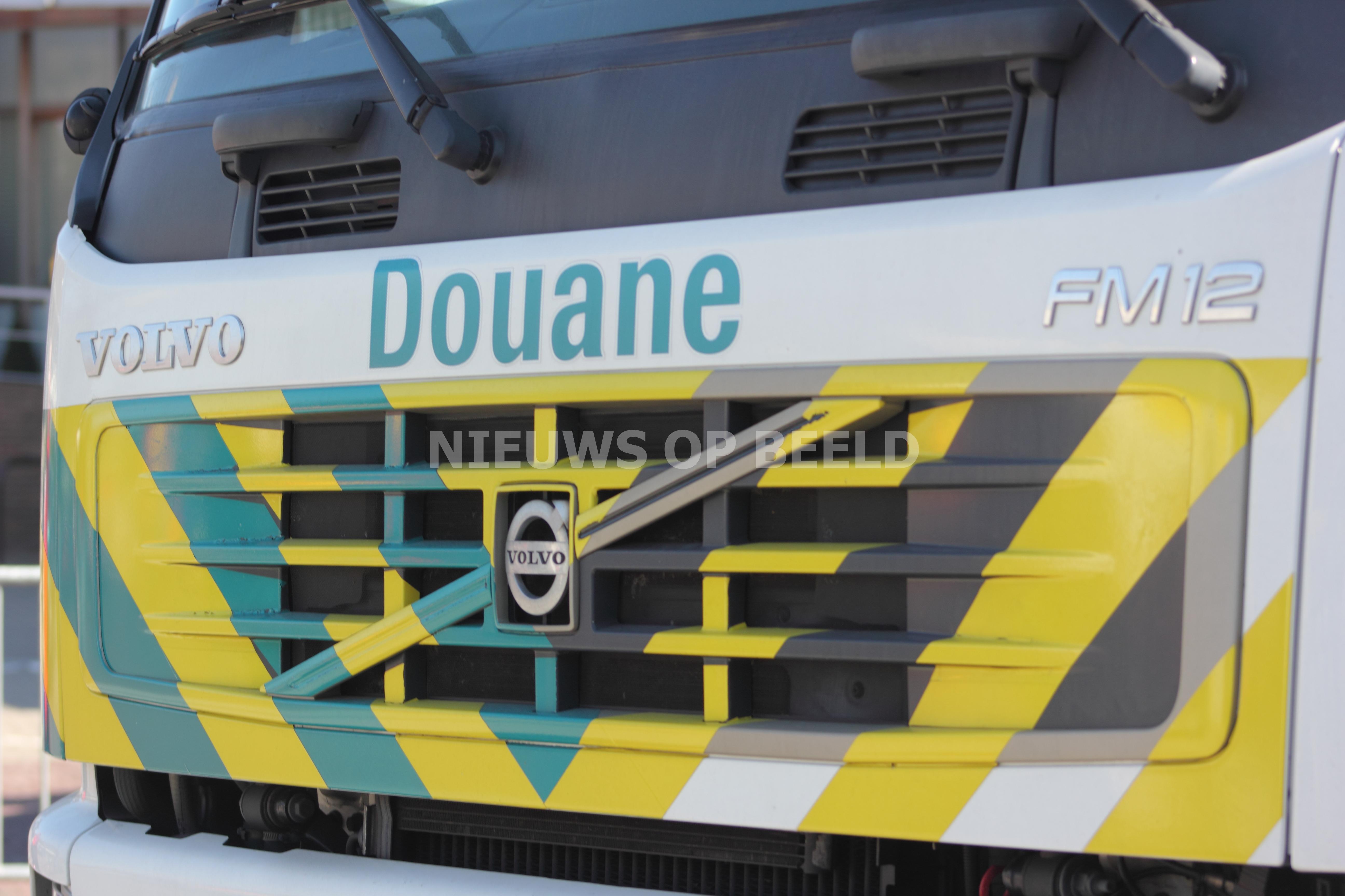 Inval in bedrijfspand levert drugs en aanhoudingen op Antarticaweg Rotterdam