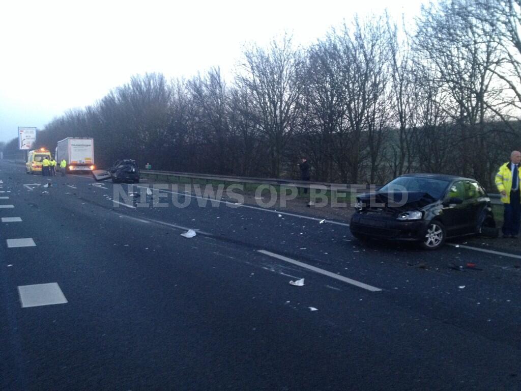 Vrachtwagen rijdt in op drie personenvoertuigen A29 Barendrecht