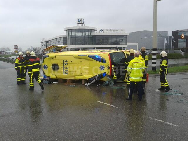Ambulance met patiënt gekanteld na aanrijding Wippolderlaan Wateringen [VIDEO]