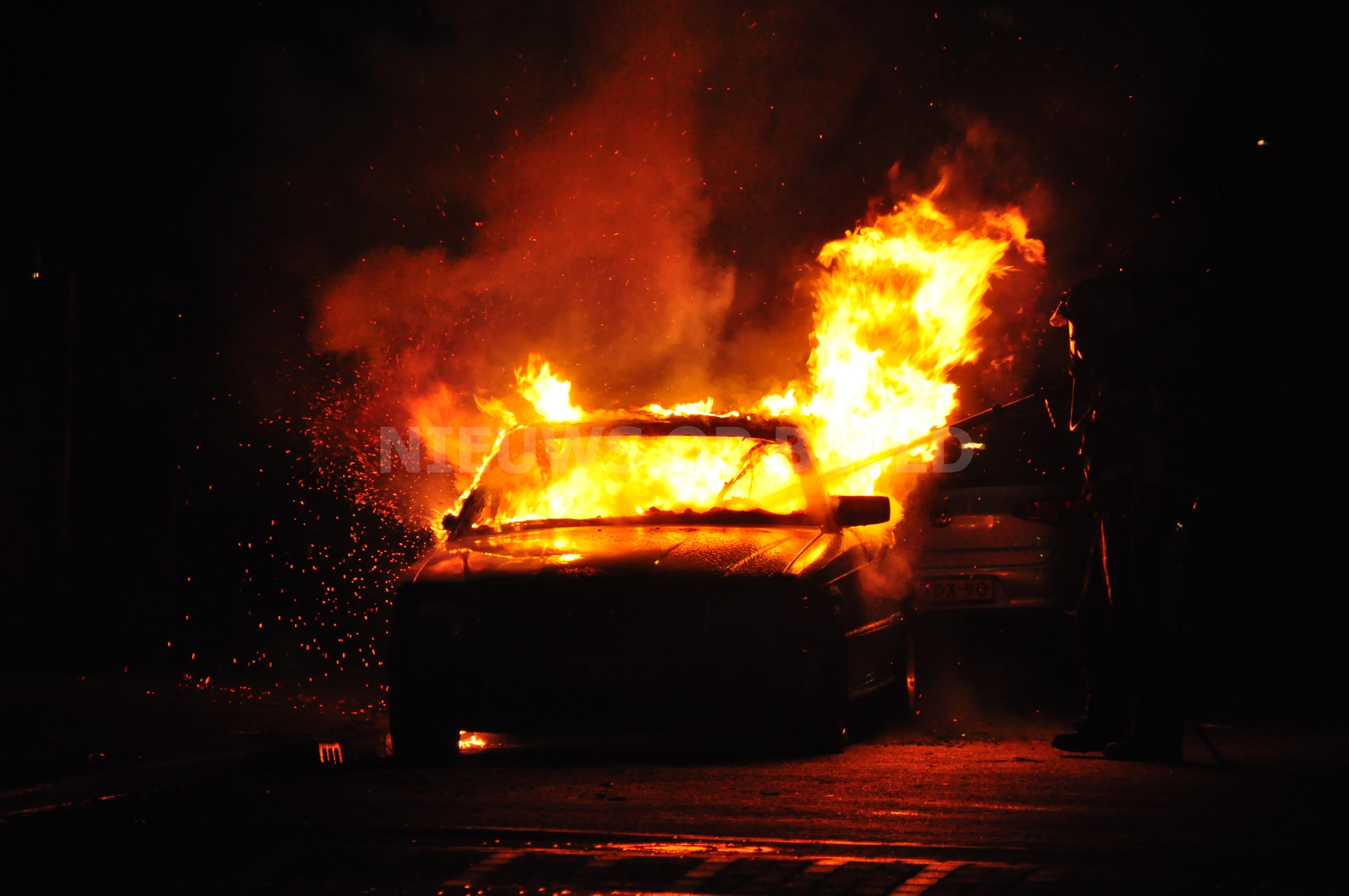 Auto met LGP-tank in vlammen op na brandstichting Emelenkamp Rotterdam