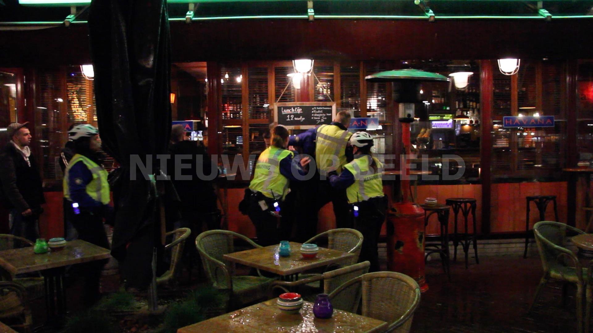 Man verzet zich hevig bij aanhouding na beledigen handhavers Stadsplein Capelle aan den IJssel [VIDEO]