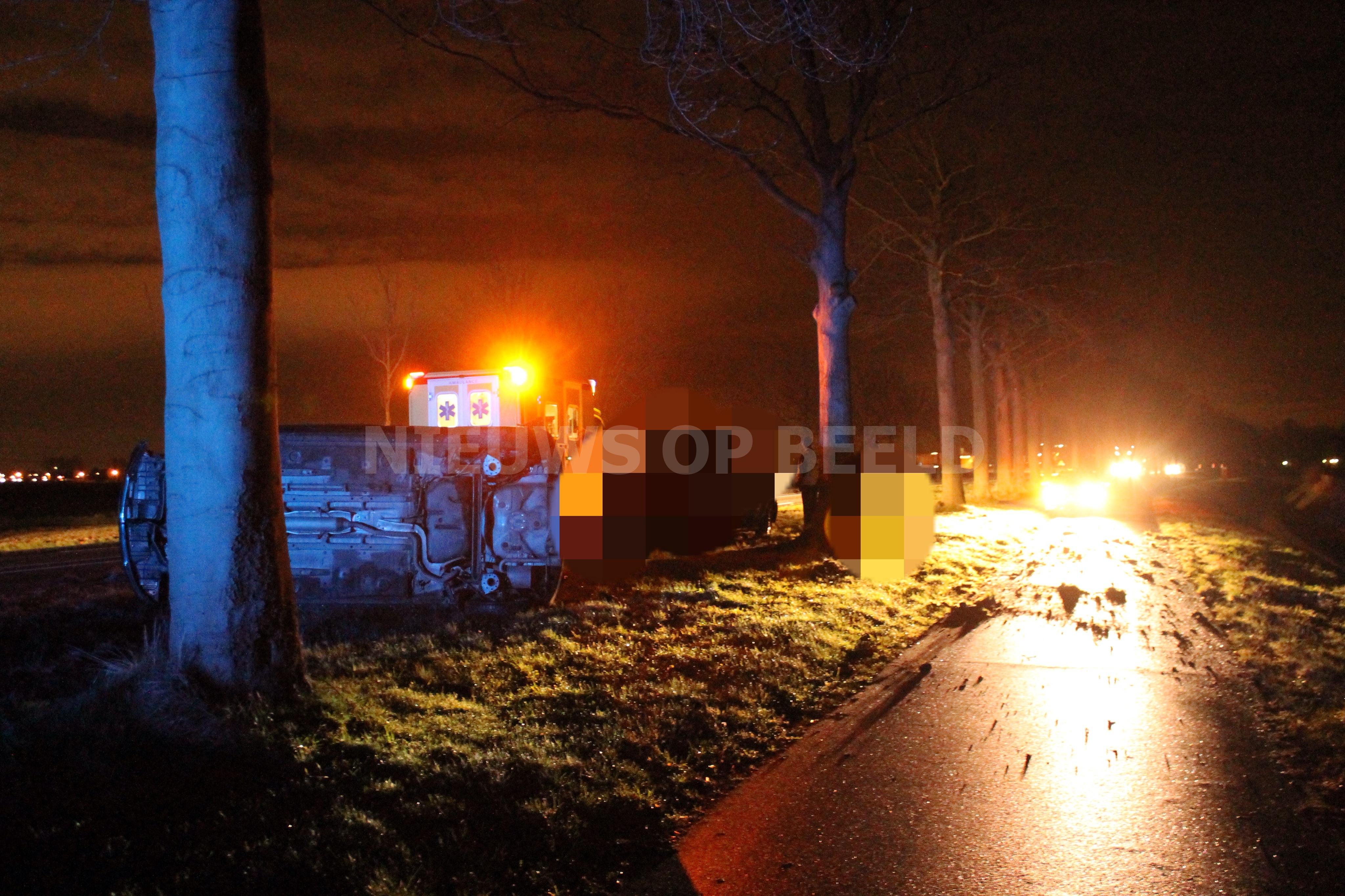 Auto op zijn kant na ongeval N217 Mijnsheerenland