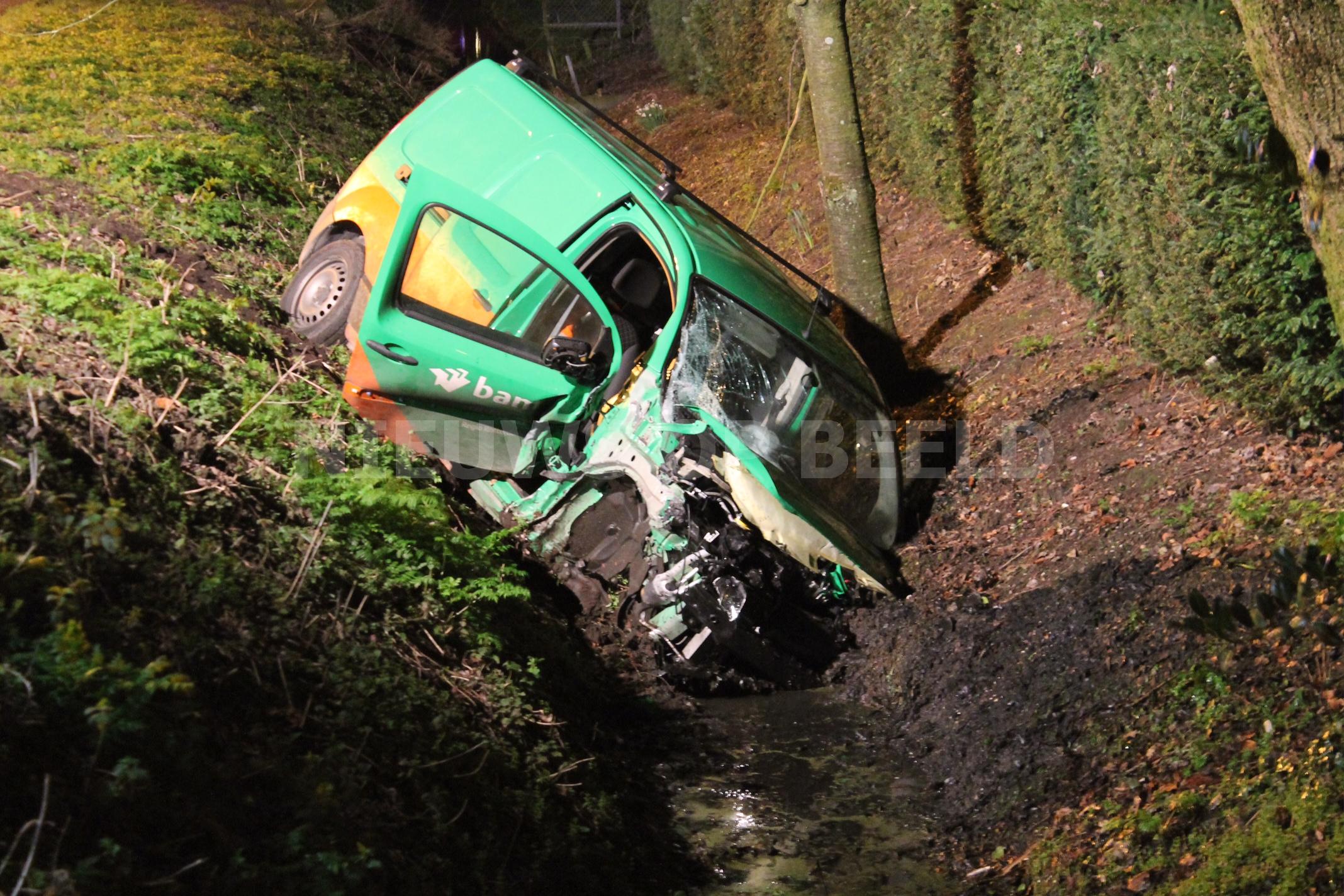 Dronken bestuurder ramt auto en belandt in sloot Blaaksedijk Mijnsheerenland
