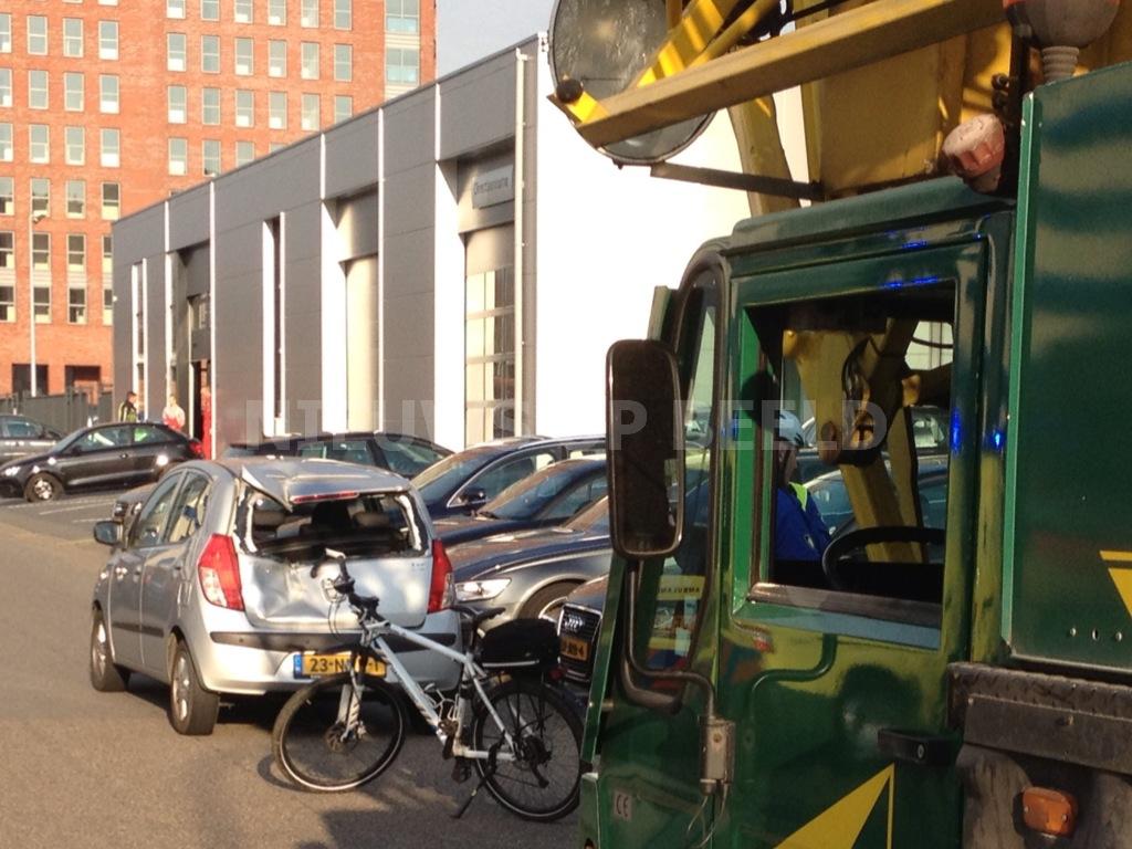 Grote kraan botst op personenauto Abram van Rijckevorselweg Capelle aan den IJssel