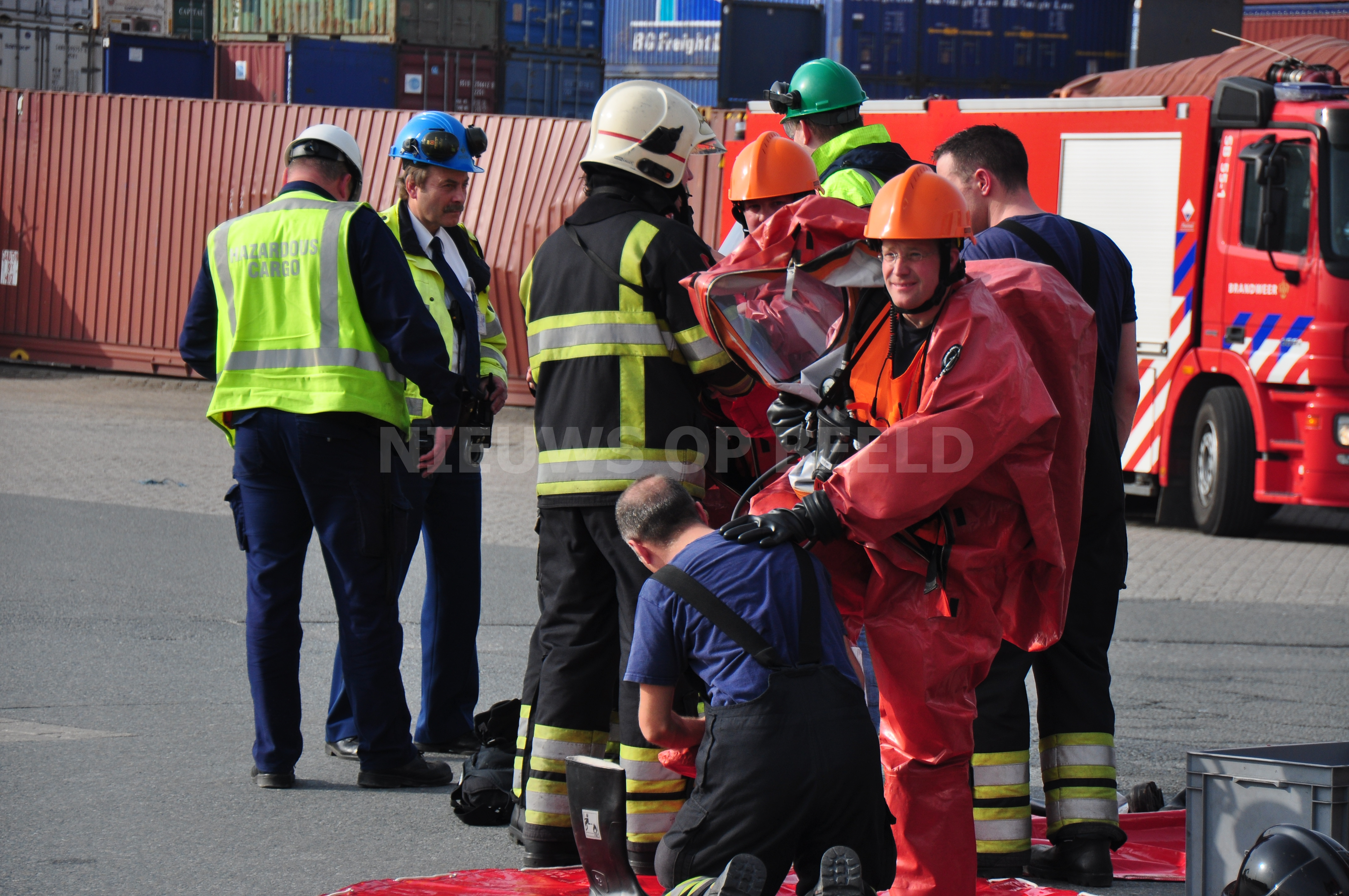Lekkage van salpeterzuur uit container ETC Reeweg Rotterdam