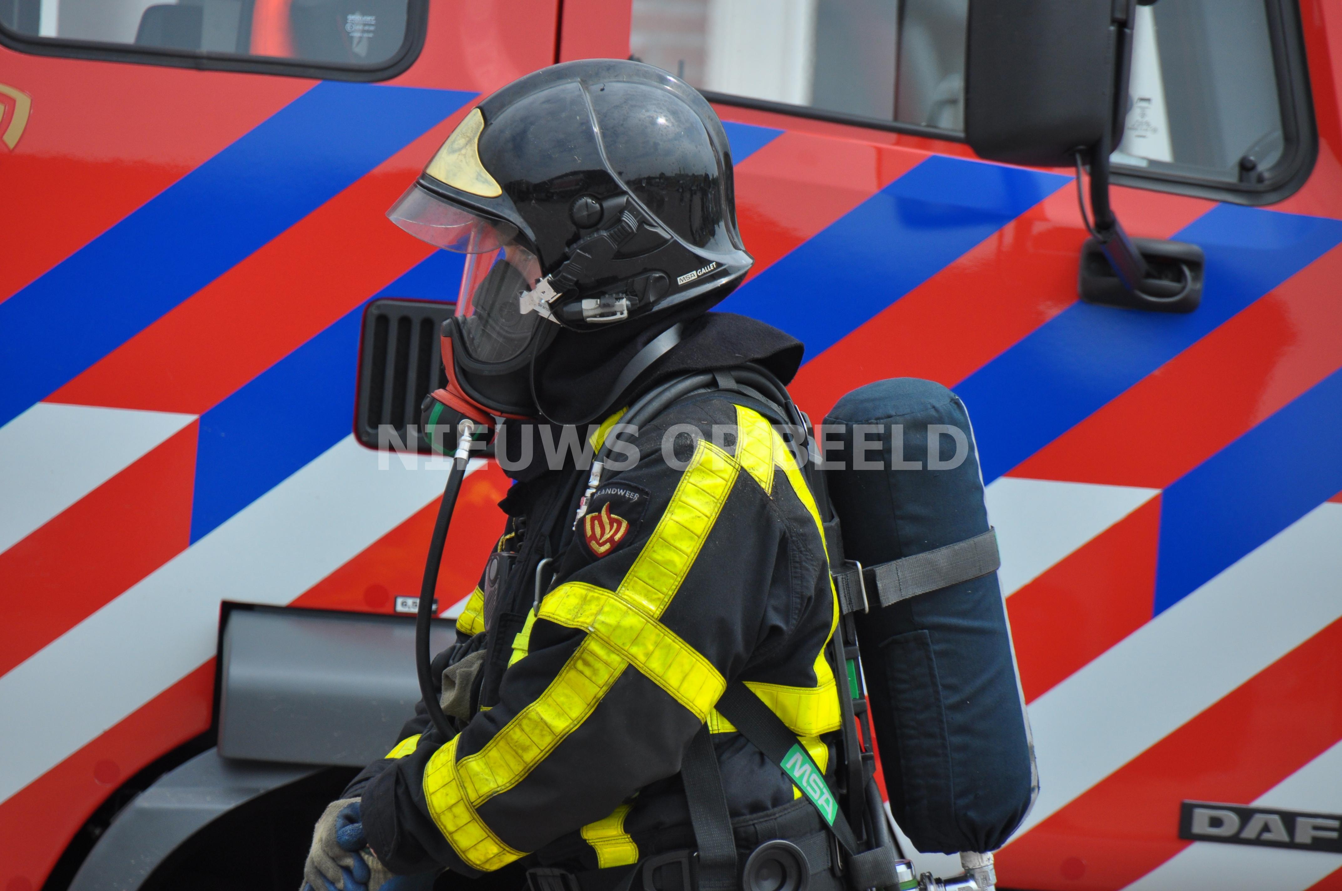 Brandweerman gewond bij brand in tapijtwinkel Mijlweg Dordrecht