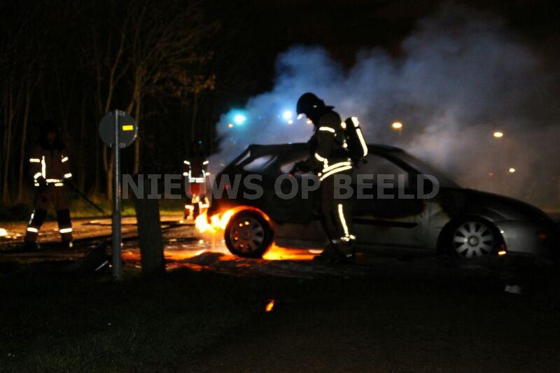Auto volledig afgebrand op parkeerterrein Zuidbuurt Vlaardingen - Nieuws op Beeld