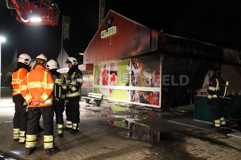 Buitenbrand tegen gevel zet supermarkt in brand Emmastraat Rozenburg