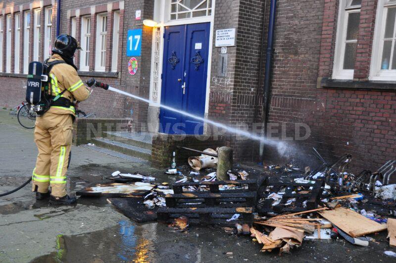 Houtmaterialen tegen basisschool in brand gestoken Maximiliaanstraat Rotterdam