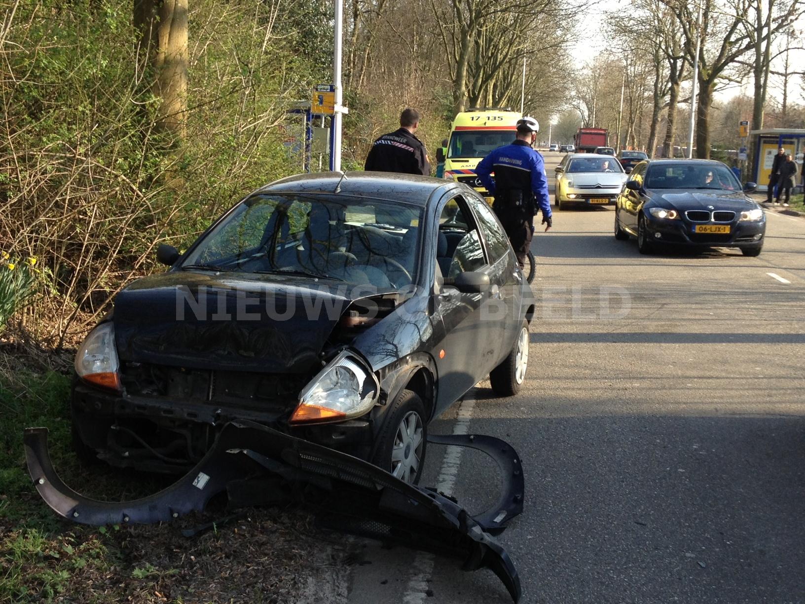 Twee gewonden na aanrijding tussen drie voertuigen Capelseweg Capelle aan den IJssel