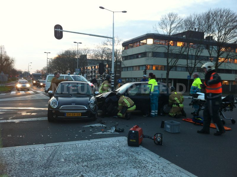 Vrouw door brandweer uit auto geknipt na ongeval Kralingseweg Capelle aan den IJssel [VIDEO]