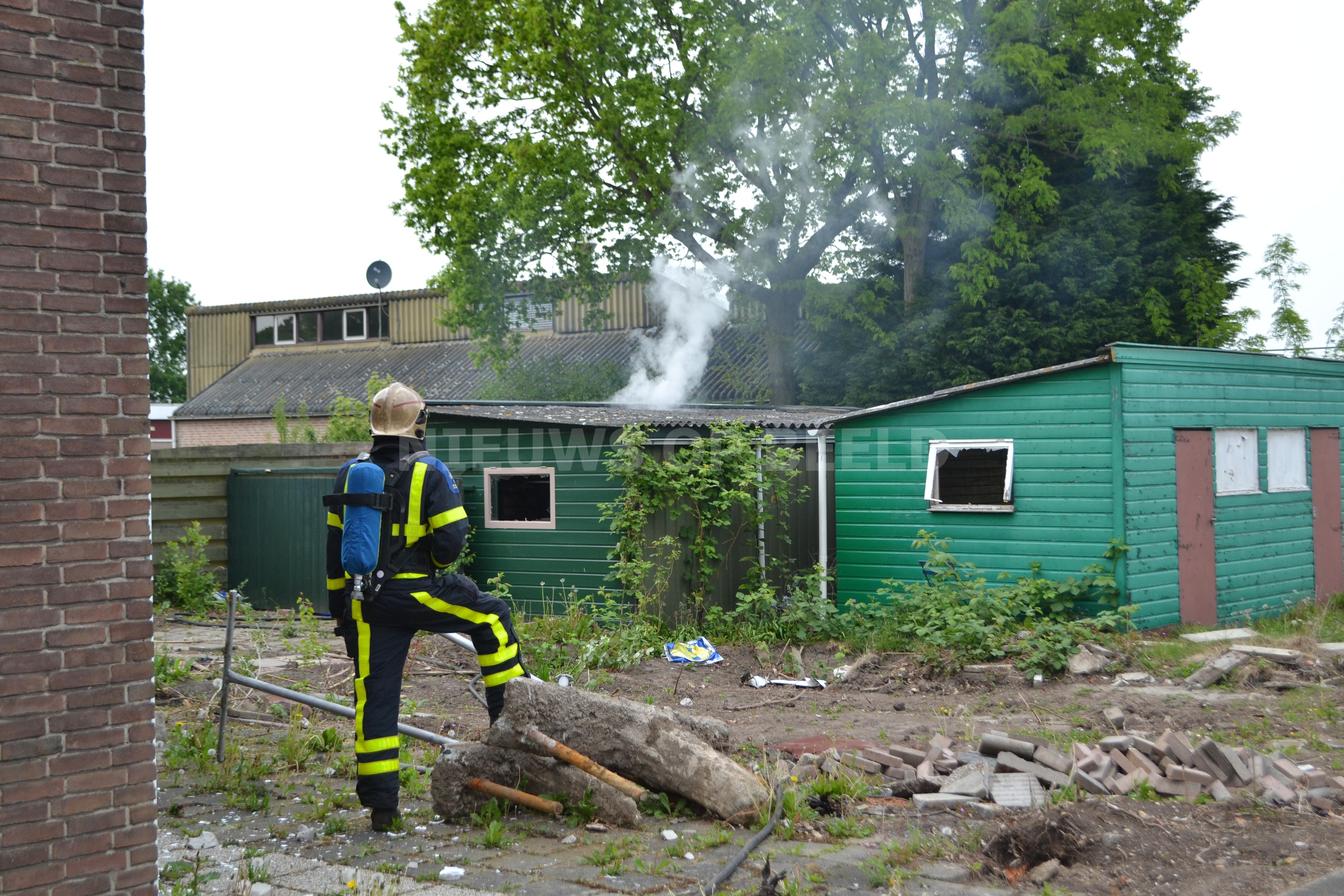 Brandweer blust brand in schuurtje met asbest van der Waalstraat Mijnheerenland